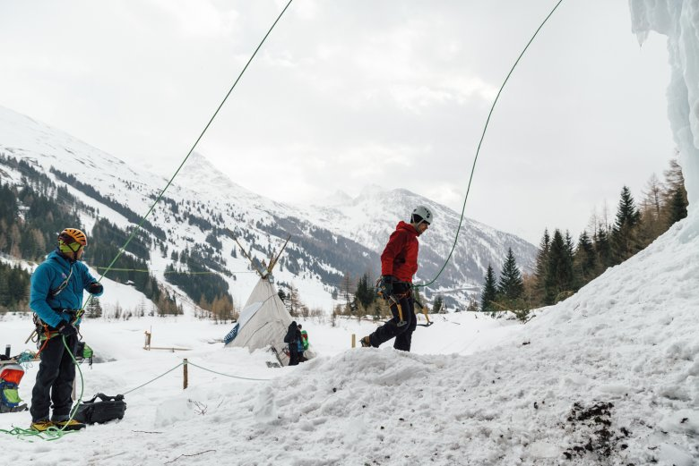 """Focus: With timid steps our author gets closer to the wall in the ice park. His instructor Michael """"Michl"""" Amraser is belaying him from the bottom, giving him tips and – more importantly – encouraging him."""