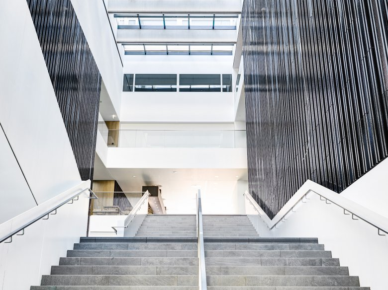 The wide staircase in the Foyer, where glass, warm and friendly materials and natural daylight impart a feeling of loftiness and openness.