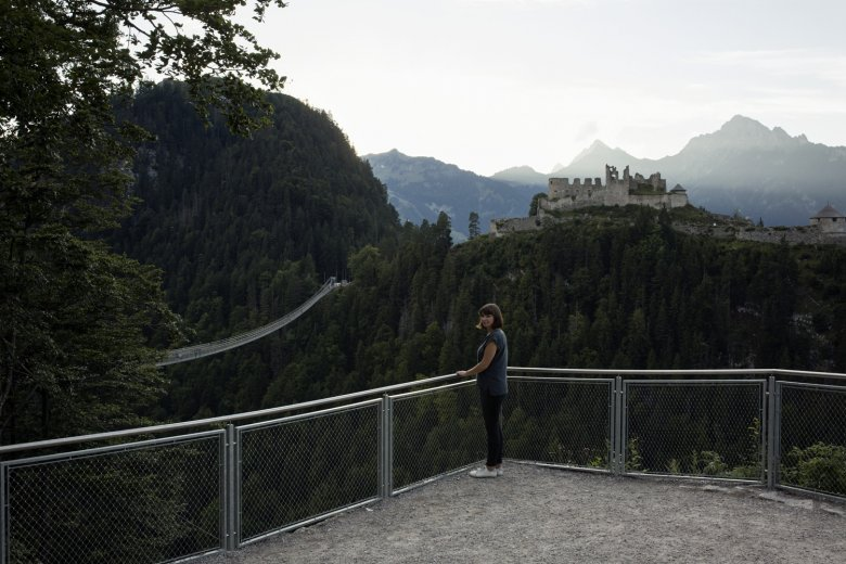 The viewing platform in Reutte offers fine views of the Highline 179 and Ehrenberg Castle. Photo: Tirol Werbung / Hörterer Lisa
