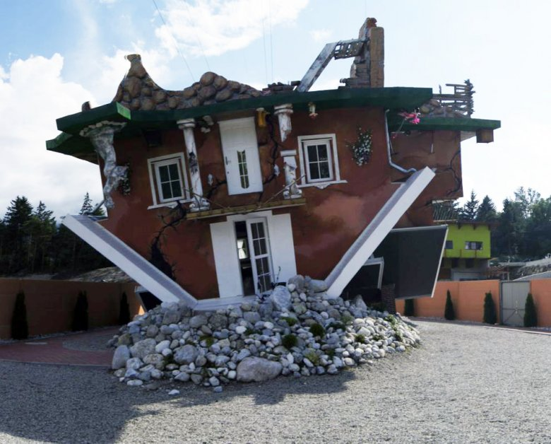An unusual perspective: an upside-down house in Vomperbach by Terfens. (Photo: Haus steht Kopf)