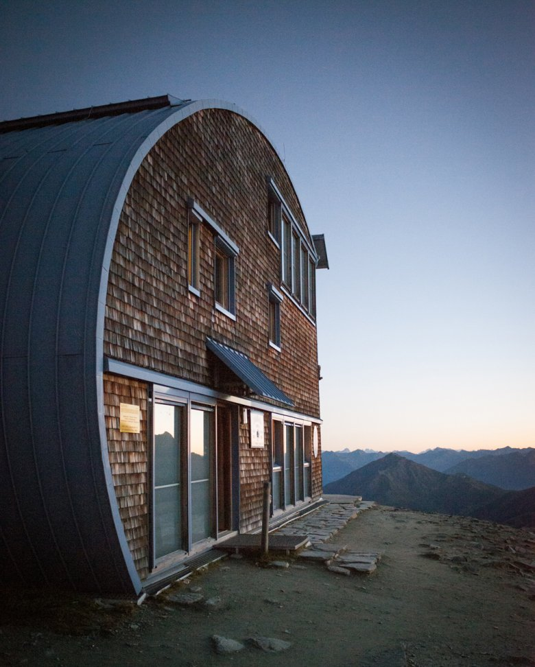 The eye-catching Stüdl Hut has been designed to resist the elements in the mountains. It combines high-tech and traditional materials.