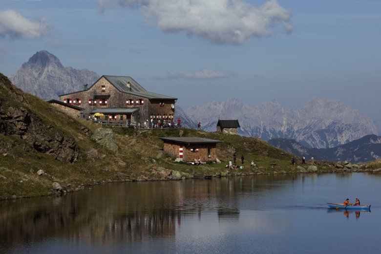 Wildseeloder Lodge on the shores of Wildsee Lake in Fieberbrunn, with the iconic peaks of Leoganger Steinberge in the back. Photo Credit: Tirol Werbung/Uhlig Bernd, © Tirol Werbung/Uhlig Bernd
