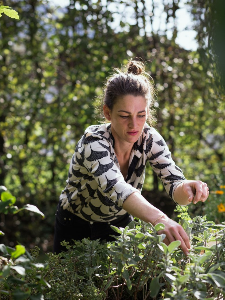 Maria Steindl collects ingredients from their own cultivation. , © Tirol Werbung / Nicolas Hafele