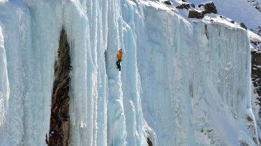Ice climbing at the Renkfall waterfall, © Tirol Werbung/Josef Mallaun