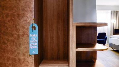 Stage 12 Doppelzimmer Grand View Garderobe