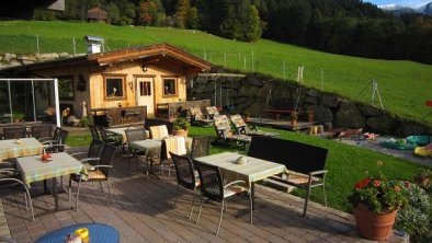 Terrasse mit gemütlicher Hütte