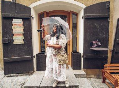Portrait_Lizette_vor Cafe_(c) Carlos Blanchard-8058