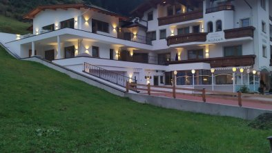 Neues Hotelfoto mit Beleuchtung und Wiese