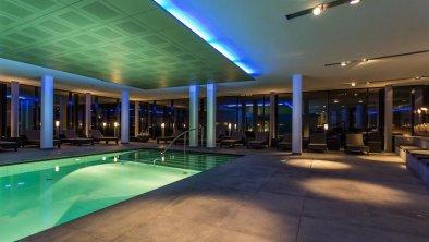 wellnessbereich-pool-entspannung