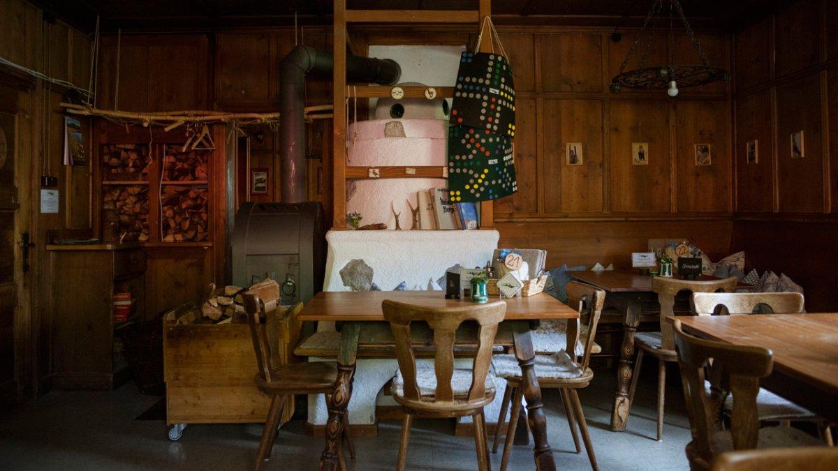 Eagle Walk: Traditional wood-panelled room in the Pfeishütte hut, © Tirol Werbung