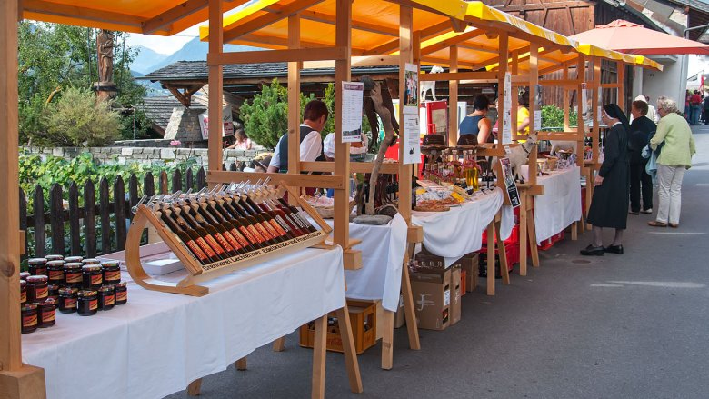 Enjoy the sights, sounds and tastes of Tirol at the farmers' market in Stanz, where the main focus is on plums and plum schnapps. Photo: Archiv TVB TirolWest/Carmen Haid