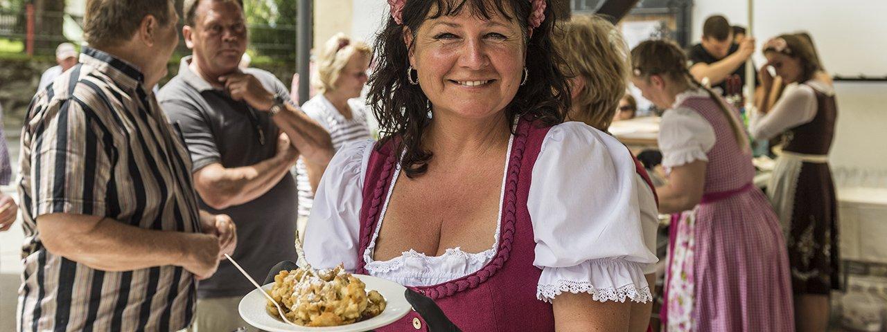 Celebrating an icon of Austrian cuisine and an absolute must-eat food of Tirol: The Ellmau Kaiserschmarren Fest, © von Felbert / Reiter
