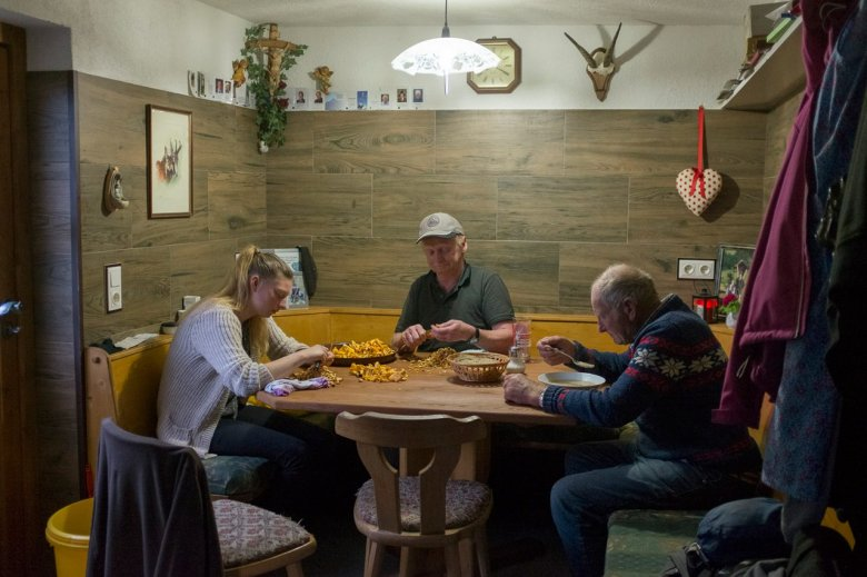 It's a family affair – with cleaning the mushrooms and with everything else.