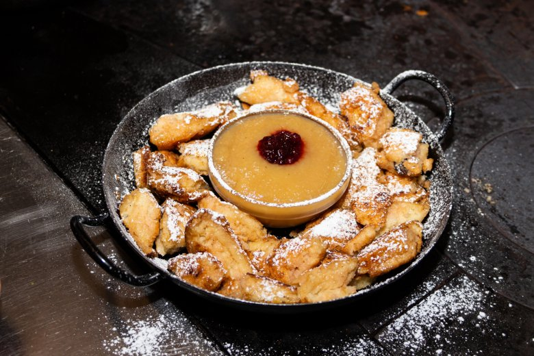 """Chopped pancake dusted with icing sugar and served with apple sauce – traditional """"Kaiserschmarren"""" at the Nördlinger Hütte."""