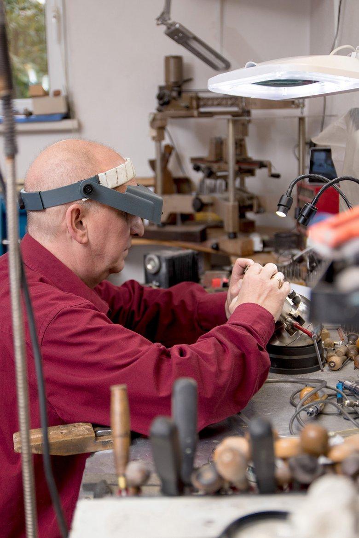 Vollste Konzentration: Graveur Chris Kieser bei der Arbeit. Foto: Tyrolia Verlag