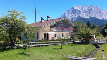 1. Ferienhaus Antoinette mit Zugspitze Sommer, © Ferienhaus Antoinette Haupt