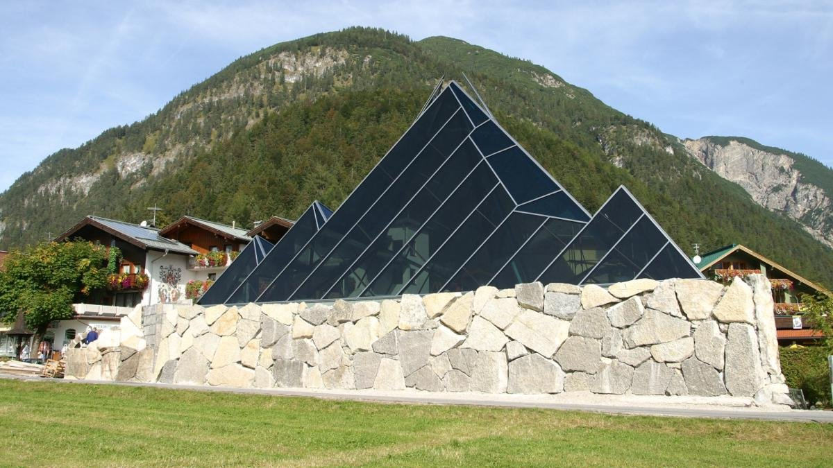 Tiroler Steinöl is a registered trademark. Despite its strong odour, the oil has been proved to have healing properties. The Vitalberg building in Pertisau is home to a display documenting the extraction and use of stone oil in Tirol., © Achensee Tourismus