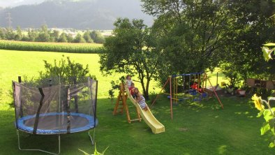 großer Garten und Spielplatz