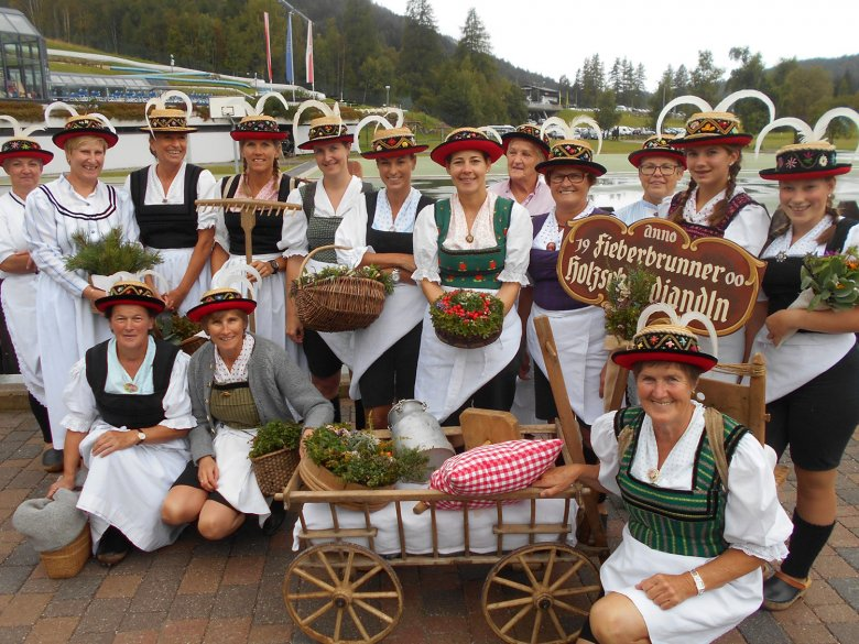 "The ""Holzschuhdirndl'n"" from Fiederbrunn are the only traditional group of their kind in Tirol."