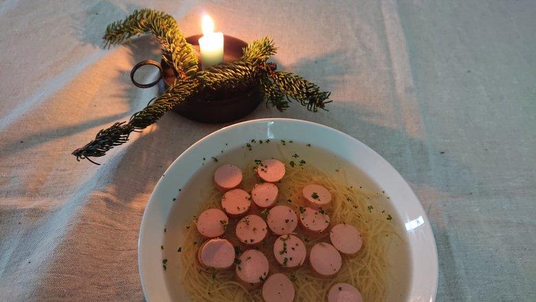 Wuerstelsuppe-Weihnachten-(c)-Tirol-Werbung—Julia-Koenig