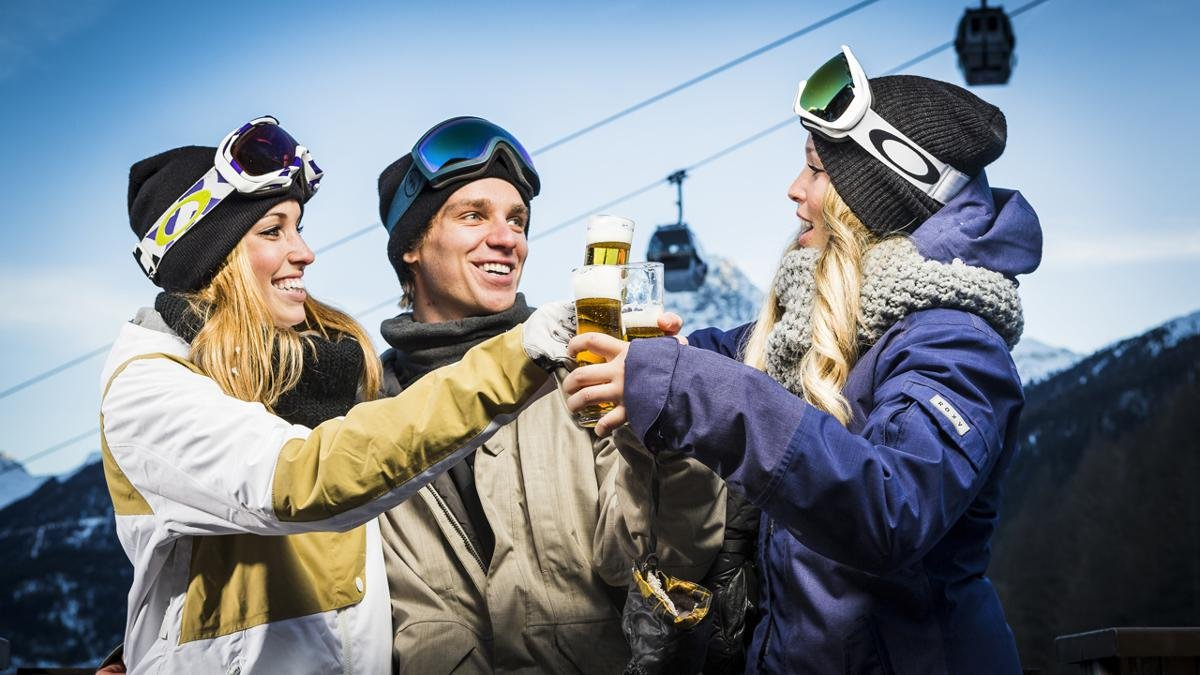 Ski hard – party harder! After all that exercise in the fresh mountain air there is no better way to unwind than with a bit of après ski. Indeed, with so many famous stars based in Sölden you may even bump into a few world-class skiers at the bar!, © Ötztal Tourismus/Rudi Wyhlidal