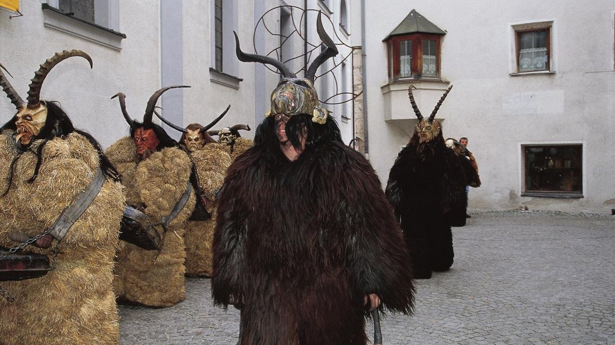 """Every year on 6 December towns and villages throughout Tirol host elaborate processions to welcome Saint Nicholas, who rewards children who have been good throughout the year with presents. However, in the Kitzbühel Alps he does not come alone. Instead, he is accompanied by frightful devils known as """"Perchten"""" who roam the streets in search of children who have been bad, rattling rusty chains and ringing large cow bells on their backs., © Tirol Werbung/Somer Phil"""