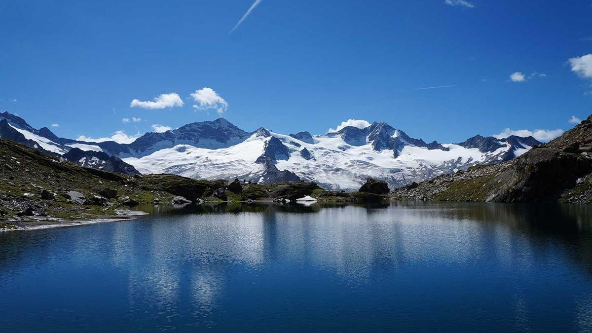 Crystal-clear mountain lakes, narrow canyons, 80 glaciers, mountains up to 3,500m – hiking in the Zillertal Alps Nature Park is a truly unique experience. Visitors can learn all about the park and its history in the Nature Park House in Ginzling., © Zillertal Tourismus  Carolin Nitzsche