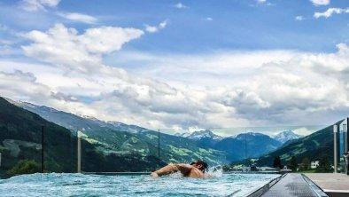 panoramapool-mit-schwimmer