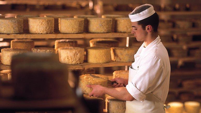 Handmade cheese, © ErlebnisSennerei Zillertal