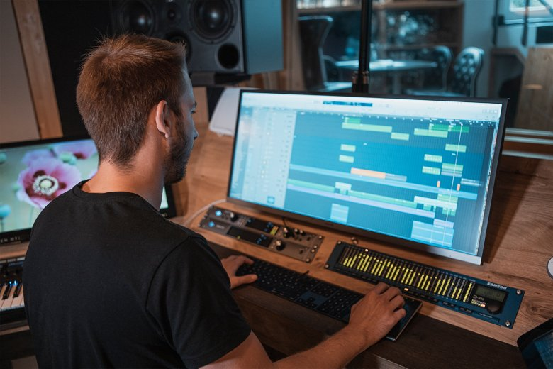 Between the initial idea and the finished product there are many different musicians involved. However, there is only one man in charge: Aron.