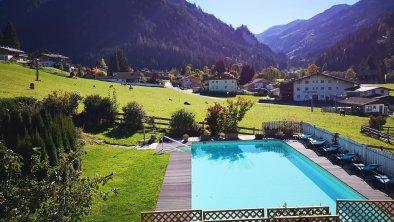 Schwimmbad im Herbst, © AschauerHof