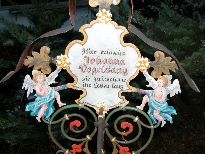 She loved a drink now and then. Now, she is silent, but her grave isn't. (Photo: Museumsfriedhof), © Museumsfriedhof