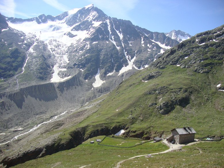 View down to Martin-Busch-Hut. There, a yellow sign points the way to Kreuzspitze. (Photo: Michael Gams, Tirol Tourist Board)