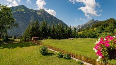 Balkonblick Garten, © AlpFee Lechtal