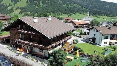 Haus Ansicht mit  Sonnenterrasse