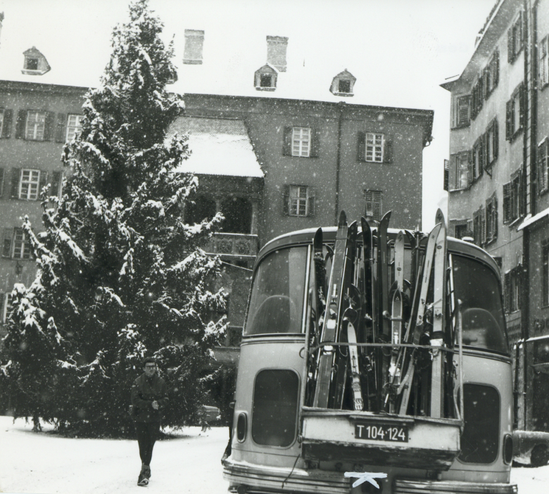 Skiing was already part of the Christmas holidays in 1968. Copyright: Innsbruck City Archive
