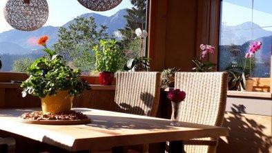 Esstisch im Wintergarten der Wohnung Almrose, © Ferienhof Obertenn