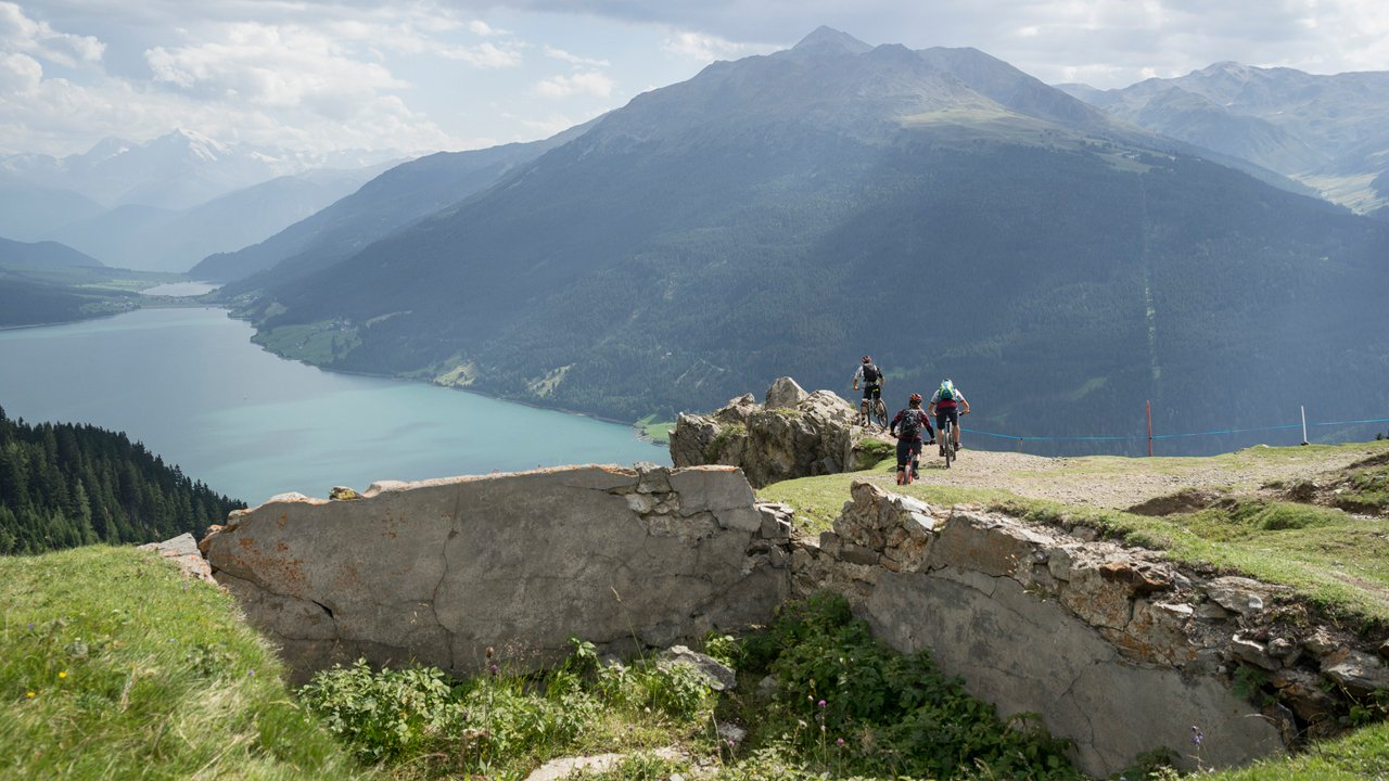 Plamort Trail with view of the Reschensee lake, © Tirol Werbung/Peter Neusser