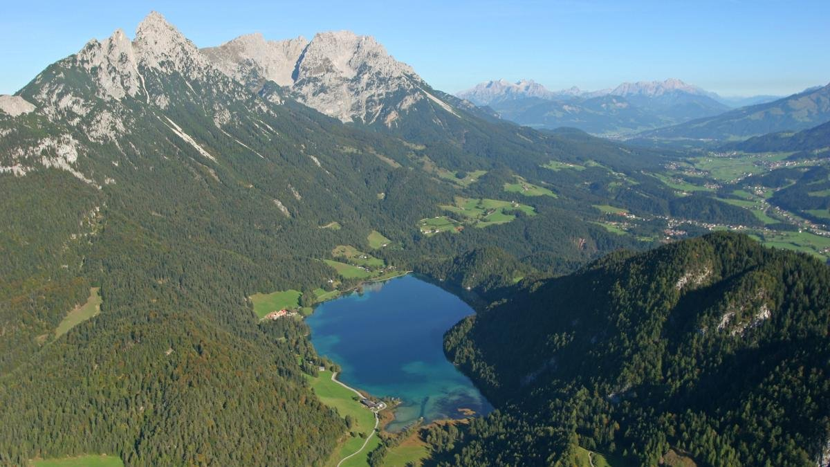 Four kilometres above Scheffau lies the beautiful Lake Hintersteiner See, a body of turquoise blue water in the heart of the Wilder Kaiser nature reserve. Its waters are among the clearest and cleanest in Tirol and a fantastic place to cool off after a summer hike., © Wilder Kaiser
