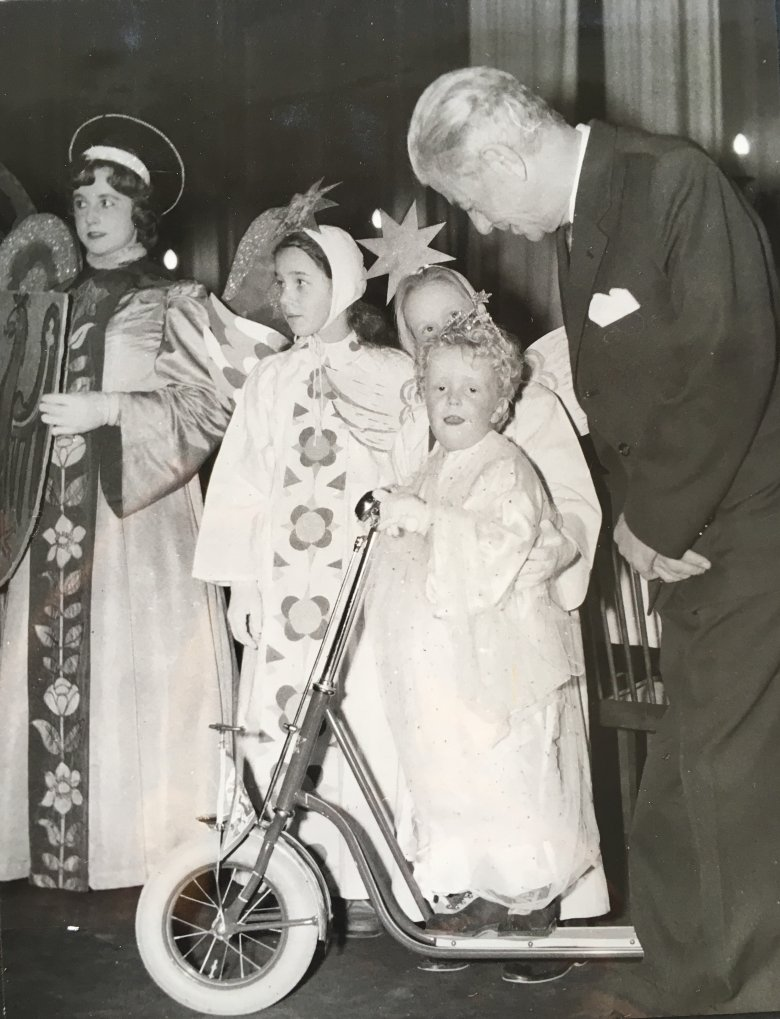 A child dressed up as the Christ Child at the traditional procession in Innsbruck, together with the Regional Governor of Tirol at the time, Hans Tschiggfrey, 1959. Copyright: Tirol Regional Archive