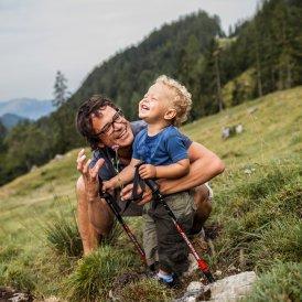 Hiking with kids towards the Hinterschießlingalm hut near Scheffau in the Wilder Kaiser Mountain Range, © Tirol Werbung/Robert Pupeter