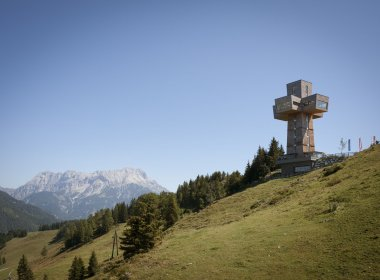 "The mighty ""Jakobskreuz"" cross on top of the Buchensteinwand mountain accompanies pilgrims on the Way of Saint James in Tirol between Waidring and St. Johann (c) Tirol Werbung – Jens Schwarz"