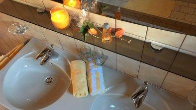 Badezimmer mit Doppelwaschtisch und Badewanne