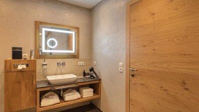 Landhaus-Mader-Hintertux-Badezimmer-Waschtisch