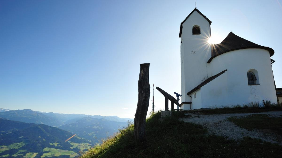 The Hohe Salve (1,829m) can be reached via cable cars operating in summer and winter from Söll and Hopfgarten. Hiking trails take visitors from the top of the cable car to the summit and the historic Salvenakirche church with its magnificent 360° views of the mountain landscape., © Kitzbüheler Alpen/Hannes Dabernig