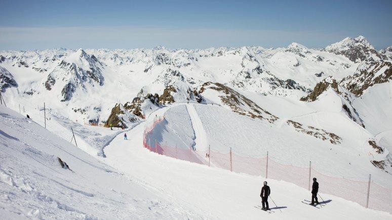 Skiing at Pitzal Glacier Ski Area, © Tirol Werbung/Verena Kathrein