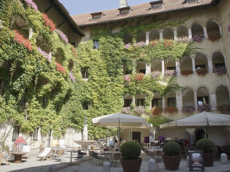 A beautiful spot to take a rest: The inner courtyard with arcades in Schwaz