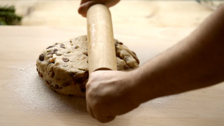 Roll the dough out to a thickness of 3cm.