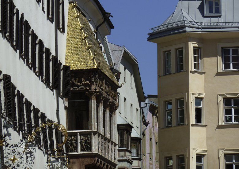 """For his marriage to Bianca Maria Sforza from Milan, Emperor Maximilian I (1459-1519) commissioned the construction of the """"Golden Roof"""" in Innsbruck. The late Gothic oriel with loggia is adorned with 2657 fire-gilt copper tiles. (Photography: Tirol Werbung)"""