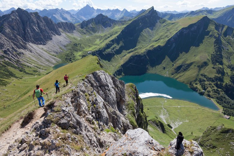 """Strindenscharte Notch on route to Landsberger Hut offers one of the finest lake views in Tirol - your followers are sure to """"double tap"""" on this Insta-worthy locationy. , © Tirol Werbung / Klaus Kranebitter"""